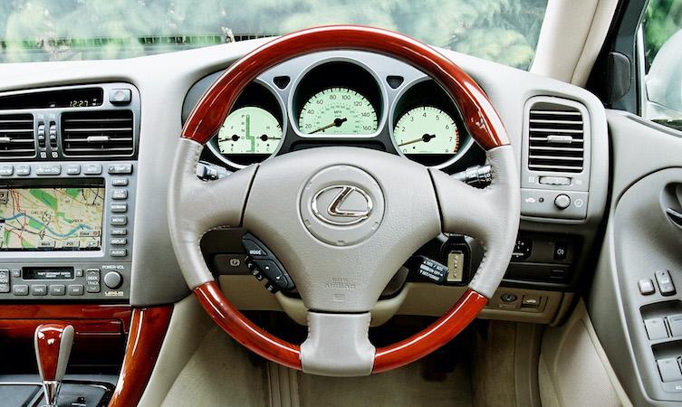 Lexus GS steering wheel design